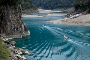 熊野川と川船の写真素材 [FYI01625308]