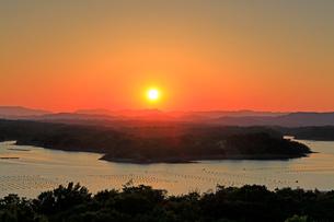 英虞湾ともやま公園桐垣展望台の夕日の写真素材 [FYI01625321]