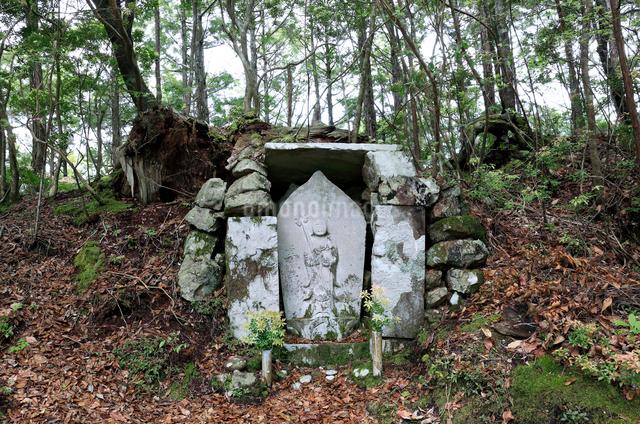 熊野古道中辺路の赤木越鍋割地蔵の写真素材 [FYI01625406]