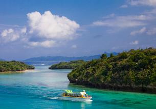 川平湾の海とグラスボートの写真素材 [FYI01625412]