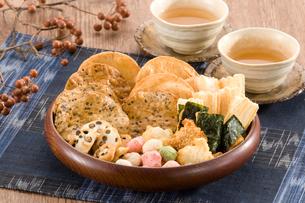 お茶とせんべいの写真素材 [FYI01625669]