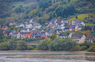 ライン川沿いのラインディーバッハの家並みの写真素材 [FYI01625722]