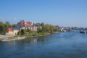 石橋から見るドナウ川と川岸の家並みの写真素材 [FYI01625733]