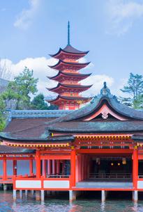 宮島の厳島神社社殿と五重塔の写真素材 [FYI01625815]
