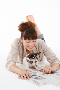 女性と犬の写真素材 [FYI01625844]