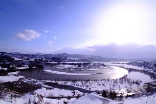 雪の信濃川の写真素材 [FYI01625915]