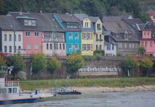 ライン川沿いのニーダーハイムバッハの家並みの写真素材 [FYI01625987]