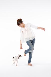 女性と犬の写真素材 [FYI01626023]