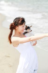 海辺を犬と散歩する女性の写真素材 [FYI01626096]