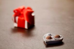 チョコレートとギフトボックスの写真素材 [FYI01626099]