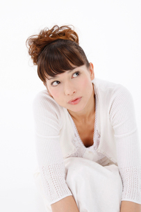 白いワンピースの女性の写真素材 [FYI01626225]