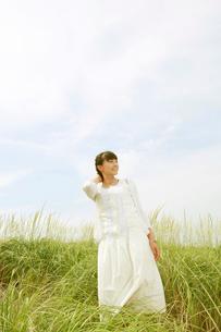 空を見上げる白いワンピースの女性の写真素材 [FYI01626279]