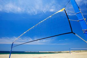 海岸のビーチバレーのネットの写真素材 [FYI01626292]