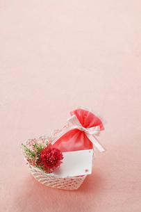 ハート型の籠にプレゼントの写真素材 [FYI01626404]