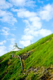 角田岬灯台と青空の写真素材 [FYI01626431]