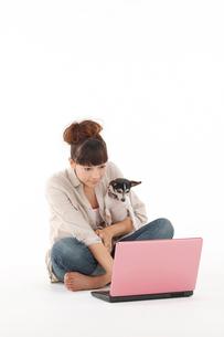 女性と犬の写真素材 [FYI01626467]
