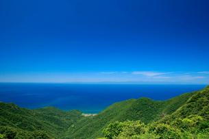 弥彦山より日本海と佐渡を望むの写真素材 [FYI01626480]