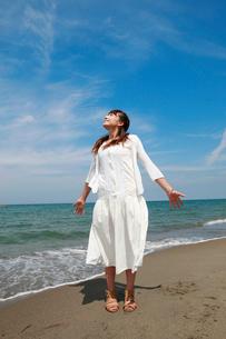 海辺の女性の写真素材 [FYI01626685]