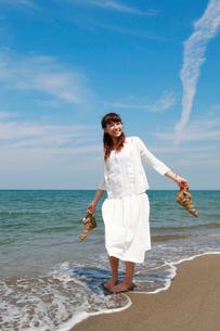 海辺の女性の写真素材 [FYI01626686]