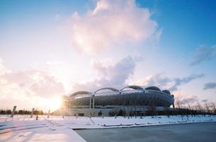 雪の東北電力ビッグスワンスタジアムの写真素材 [FYI01626788]