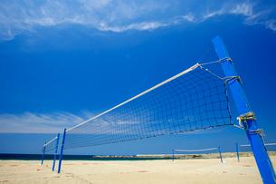 海岸のビーチバレーのネットの写真素材 [FYI01626837]