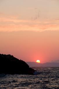日本海に沈む夕日の写真素材 [FYI01626886]