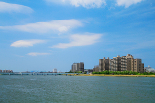 信濃川とマンション群の写真素材 [FYI01626915]