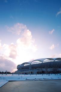 雪の東北電力ビッグスワンスタジアムの写真素材 [FYI01626934]