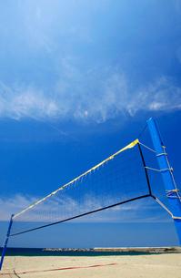 海岸のビーチバレーのネットの写真素材 [FYI01626956]