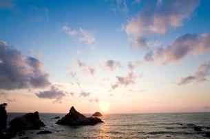 日本海に沈む夕日の写真素材 [FYI01627206]