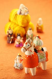 馬の置物と七福神の写真素材 [FYI01627252]