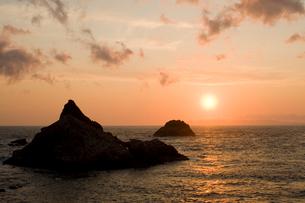 日本海に沈む夕日の写真素材 [FYI01627253]