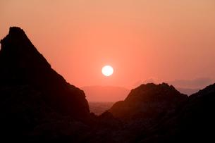 日本海に沈む夕日の写真素材 [FYI01627282]