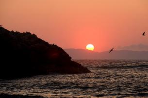 日本海に沈む夕日の写真素材 [FYI01627401]