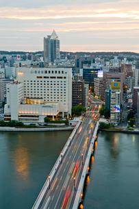 新潟市の街並みの夕景の写真素材 [FYI01627453]