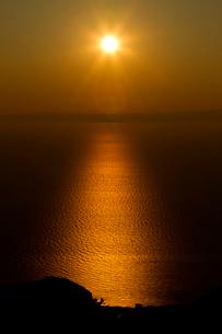 佐渡に沈む夕日の写真素材 [FYI01627477]
