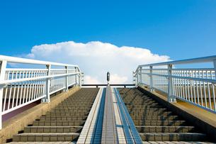 歩道橋の階段の写真素材 [FYI01627486]