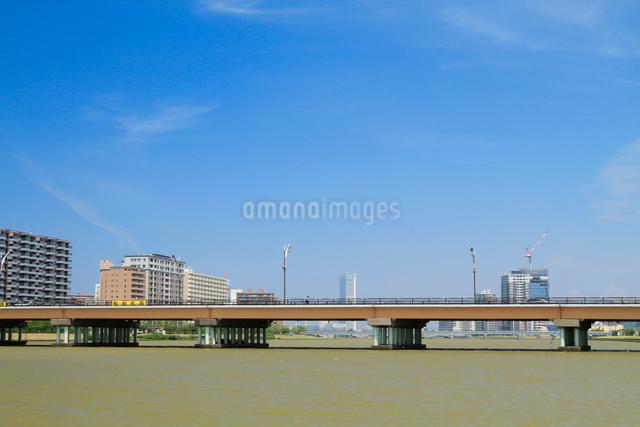 信濃川に架かる昭和大橋と街並みの写真素材 [FYI01627525]