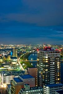 新潟市の街並みの夜景の写真素材 [FYI01627577]