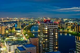 新潟市の街並みの夜景の写真素材 [FYI01627581]