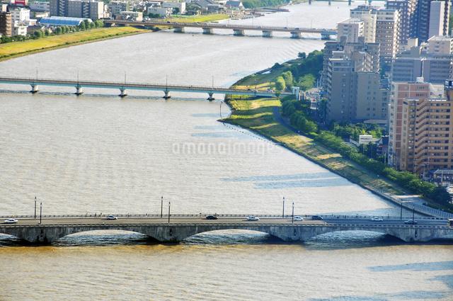 信濃川にかかる萬代橋とマンション群の写真素材 [FYI01627590]
