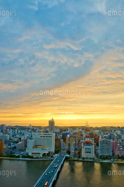 新潟市の街並みの夕景の写真素材 [FYI01627602]