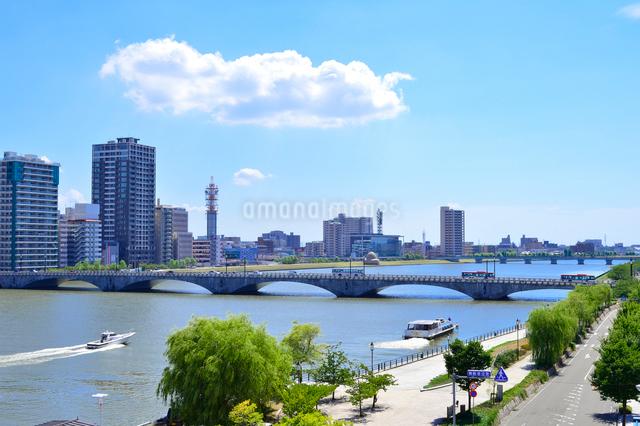 信濃川に架かる萬代橋と街並みの写真素材 [FYI01627696]