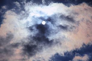 雲の合間より太陽の写真素材 [FYI01627711]