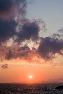 日本海に沈む夕日の写真素材 [FYI01627776]