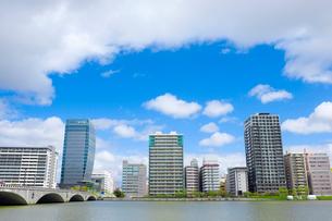 信濃川にかかる萬代橋とマンション群の写真素材 [FYI01627819]