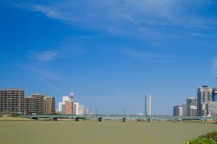 信濃川に架かる八千代橋と朱鷺メッセの写真素材 [FYI01627835]