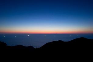 夕焼けと漁火の写真素材 [FYI01627866]