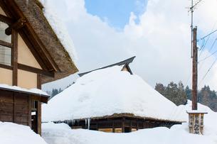 雪の中の民家の写真素材 [FYI01627879]
