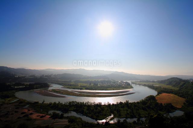 朝日に輝く信濃川の写真素材 [FYI01627927]